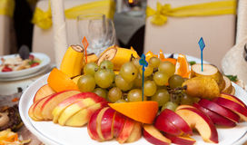 Pratos diferentes do alimento nas tabelas Imagens de Stock Royalty Free