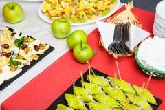 Pratos do bufete da tabela recepção snacks imagens de stock