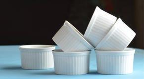 Pratos do cozimento do ramekin branco da porcelana mini fotos de stock