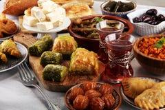 Pratos do Oriente Médio ou árabes e meze sortido, oxidação concreta fotografia de stock