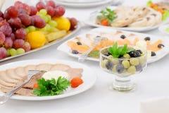 Pratos e alimento na tabela servida imagens de stock
