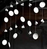 Pratos e copos que penduram nas cordas Fotografia de Stock