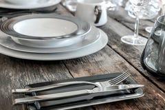 Pratos e cutelaria na tabela fotos de stock