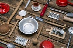 Pratos e cutelaria velhos em um fundo de madeira no vermelho, prata e Fotos de Stock