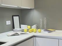 Pratos e maçãs no worktop na cozinha imagens de stock royalty free
