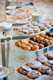 Pratos e pastelarias brancos fotos de stock royalty free