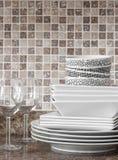 Pratos e placas brancos na bancada da cozinha imagem de stock