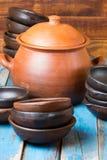 Pratos feitos a mão da argila no fundo velho de madeira Foto de Stock
