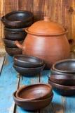 Pratos feitos a mão da argila no fundo velho de madeira Imagens de Stock Royalty Free