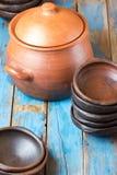 Pratos feitos a mão da argila no fundo velho de madeira Fotografia de Stock Royalty Free