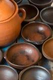 Pratos feitos a mão da argila no fundo velho de madeira Fotos de Stock Royalty Free