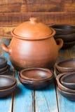 Pratos feitos a mão da argila no fundo velho de madeira Fotografia de Stock