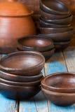 Pratos feitos a mão da argila no fundo velho de madeira Imagens de Stock