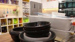 Pratos na cozinha vídeos de arquivo
