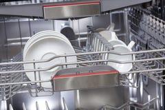 Pratos na máquina da máquina de lavar louça Imagens de Stock
