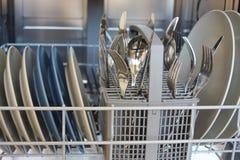 Pratos na máquina de lavar louça foto de stock