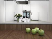 Pratos no worktop em uma cozinha moderna imagem de stock