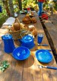 Pratos para acampar na tabela imagem de stock