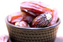 Pratos, potenciômetros e frutos tradicionais árabes das datas E Ramadan Kareem imagens de stock royalty free