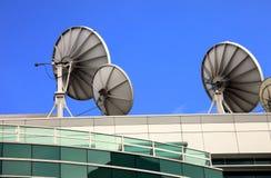 Pratos satélites, centro dos media da telecomunicação. Fotografia de Stock