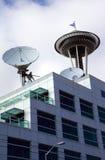 Pratos satélites, centro dos media de comunicação. Imagens de Stock Royalty Free