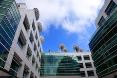 Pratos satélites, centro dos media de comunicação. Foto de Stock Royalty Free