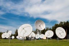 Pratos satélites do espaço fotografia de stock