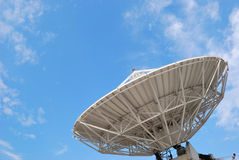 Pratos satélites em edifícios. Imagens de Stock