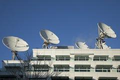 Pratos satélites usados para a transmissão Imagens de Stock