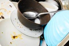 Pratos sujos em um dissipador imagens de stock
