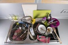 Pratos sujos em uma banca da cozinha Foto de Stock Royalty Free