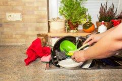 Pratos sujos no dissipador após celebrações de família Limpeza home a cozinha Pratos desordenados no dissipador housework Fotos de Stock Royalty Free