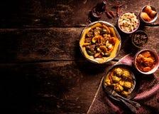 Pratos tradicionais de Tajine na tabela de madeira rústica imagem de stock royalty free