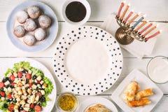 Pratos tradicionais do Hanukkah na tabela de madeira branca horizontal foto de stock