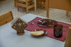 Pratos vazios ajustados para o café da manhã no jardim de infância Opinião interna do jardim de infância furniture imagem de stock