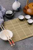 Pratos vazios Fundo de cozimento chinês ou tailandês do alimento Ingredientes de alimento asiáticos: molho de soja, hashis, macar fotos de stock royalty free