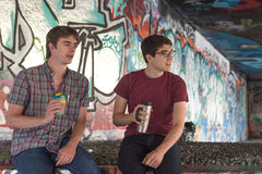 Pratstund för kaffe för två grabbar för grabbkaffepratstund royaltyfri bild