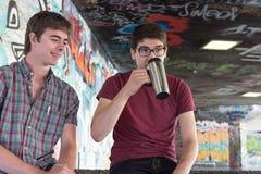 Pratstund för kaffe för två grabbar för grabbkaffepratstund arkivbilder