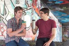Pratstund för kaffe för två grabbar för grabbkaffepratstund fotografering för bildbyråer