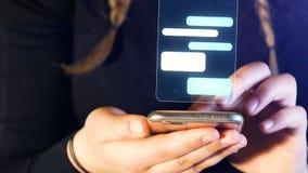 Pratstund f?r ton?rs- flicka med mobiltelefonen, h?nder och mobiltelefondetaljen, l?ngd i fot r?knat som ?r passande f?r ?mnen li lager videofilmer