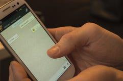 Pratstund på mobil arkivfoton