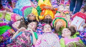 Prattville-Clown Dance Team Bathe in den Konfettis stockbild
