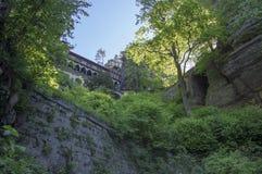 Pravcicka braniec jest wąskim rockowym formacją lokalizować w czechu Szwajcaria, opóźniona wiosny sceneria z greenery, niebieskie obrazy royalty free