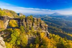 Pravcickapoort in de herfstkleuren, Boheems Saksisch Zwitserland, Tsjechische Republiek royalty-vrije stock fotografie