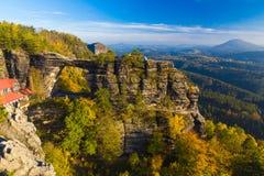 Pravcickapoort in de herfstkleuren, Boheems Saksisch Zwitserland, Tsjechische Republiek stock foto's