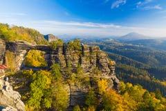 Pravcickapoort in de herfstkleuren, Boheems Saksisch Zwitserland, Tsjechische Republiek royalty-vrije stock afbeelding