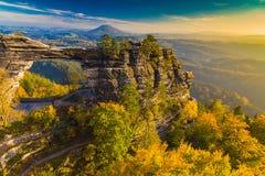 Pravcickapoort in de herfstkleuren, Boheems Saksisch Zwitserland, Tsjechische Republiek stock afbeelding