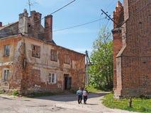 PRAVDINSK,俄罗斯 孩子上学由老大厦 库存照片