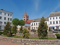 PRAVDINSK, RUSSIE place de 50-letiya Pobedy donnant sur l'église luthérienne Photo libre de droits