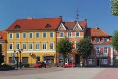 PRAVDINSK RYSSLAND - AUGUSTI 17, 2013: Sikt av de historiska byggnaderna på fyrkanten av den 50th årsdagen i seger Arkivbild